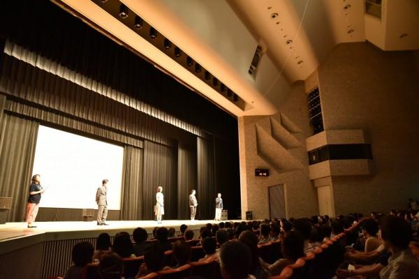 司会の隅田恵里子さん、 菊地健雄監督、次男・義男役の斉藤陽一郎さん、長女・顕子役の中村ゆりさん、長男・冨士夫役を演じ、この映画のプロデューサーでもある桐生コウジさんが登壇。