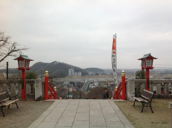 正面左手にみえる大きい山が上宮。下宮はその隣、こぢんまりとした山らしい。渡良瀬川をはさんで対岸の織姫神社から