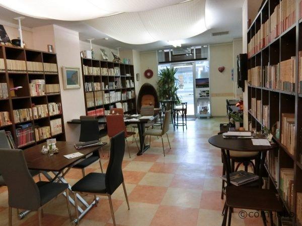 書庫カフェのようなイメージにしたという店内