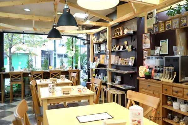 やぐら作りで仕切られた店内のカフェスペース
