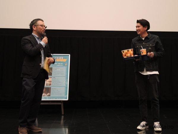 俳優の斉藤陽一郎さんが何故かポップコーンとドリンクを持って登場