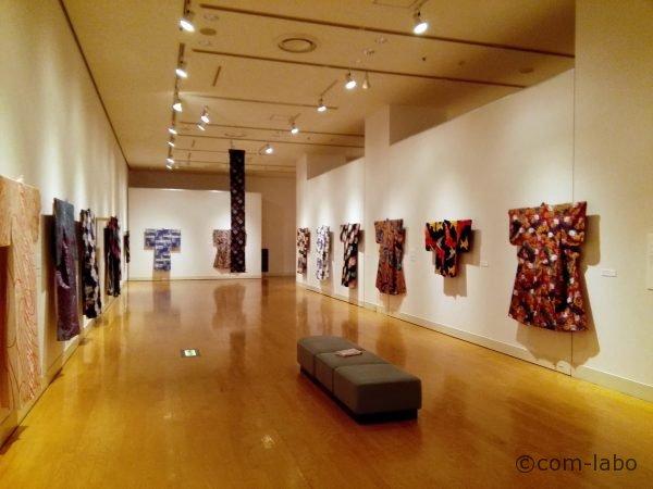 二階展示室のずらりと並んだ着物