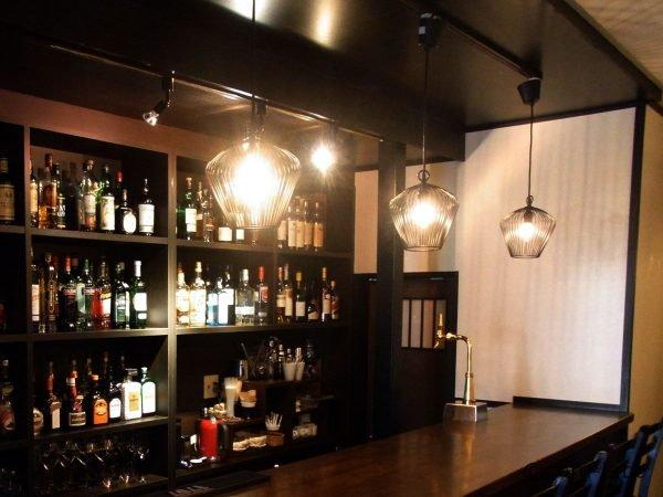 店内の様子、カウンターには数十種類のお酒が並ぶ。