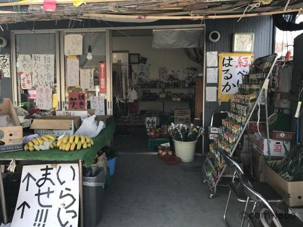 お店の入り口。お店の名前が書いてある看板はご主人に聞いてようやく見つけました。(写真には写っていません)