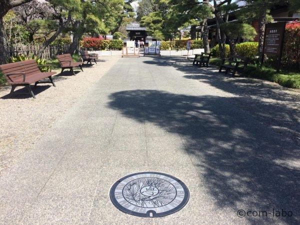 足利学校入徳門付近にある新デザインのマンホールカードに載っているマンホールふた