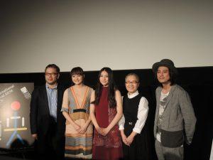 左から菊地健雄監督、主演の荻原みのりさん、久保田紗友さん、準主役のもたいまさこさん、音楽と出演の渡辺シュンスケさん