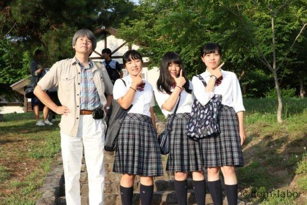 左から小松祥宗教諭、栗原詩友(しゆう)さん、キャプテンの清水羅良さん、谷村思乃(ことの)さん