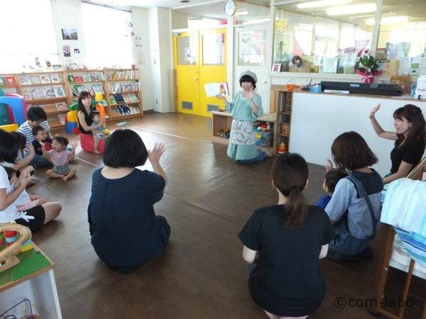 スタッフによる絵本読み聞かせ。身振り手振りを使った読み聞かせは、子ども達を釘付けに。