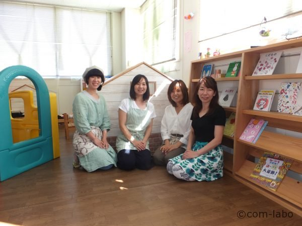 左から木下千佳(きのしたちか)さん、岡島敦子(おかじまあつこ)さん、小川宏美(おがわひろみ)さん、磯川桂子(いそかわけいこ)さん。スタッフは9人います。