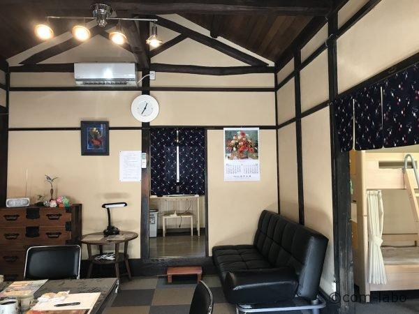 山小屋風の内装のリビングは宿泊者同士のコミュニティスペースになります。
