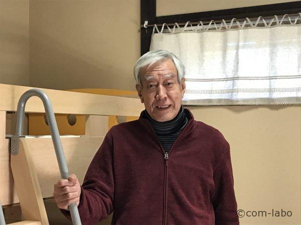 庵主の松村和久さん。ベッドルームには2段ベッドが2台置かれています。