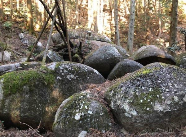 名草巨石群の積み重なっている石の群