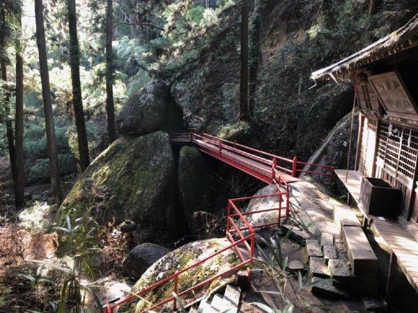厳島(いつくしま)神社からお供え岩の上部を結ぶ細い橋