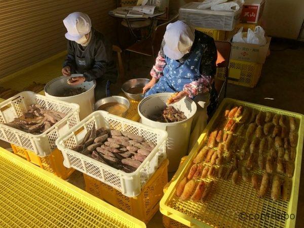 手作業で焼き芋の皮をむく