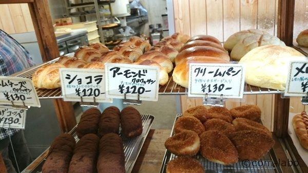 様々な焼き立てパンが並ぶ。