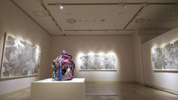 展示会場入口。細かい反復する線で描かれた鉛筆画とオブジェ