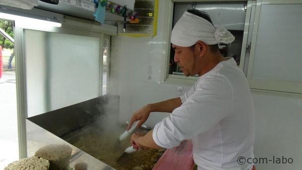 新しい屋台でポテト入り焼きそばを焼く店主の木原さん
