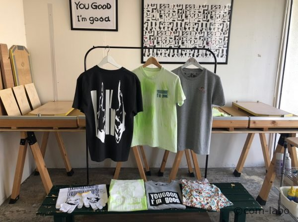 春夏はTシャツがメインに並びます。壁に掛けられたロゴもプリント加工できます。
