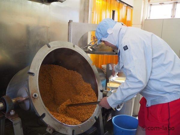 大釜で大豆を蒸している様子